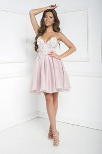Różowa sukienka Marcelini z odkrytymi ramionami na ramiączkach