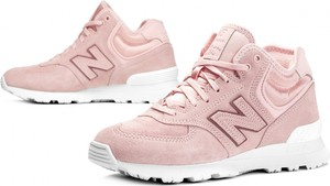 Różowe buty sportowe New Balance sznurowane na koturnie w sportowym stylu