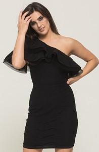 Czarna sukienka VISSAVI mini z krótkim rękawem z asymetrycznym dekoltem