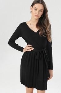 Czarna sukienka born2be z długim rękawem z dekoltem w kształcie litery v