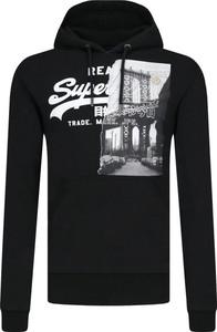 Czarna bluza Superdry w młodzieżowym stylu