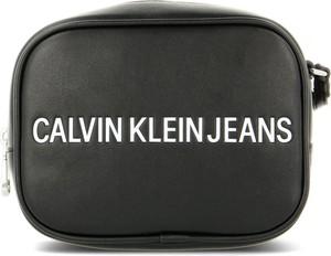Czarna torebka Calvin Klein w młodzieżowym stylu na ramię