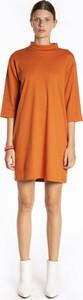 Pomarańczowa sukienka Gate z golfem z bawełny