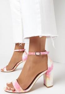 Różowe sandały born2be z klamrami ze skóry