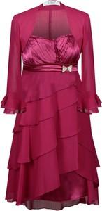 Czerwona sukienka Fokus z dekoltem w karo midi rozkloszowana