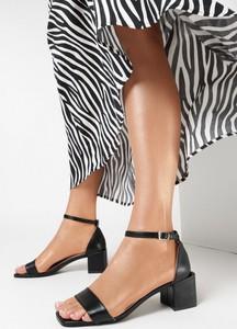 Czarne sandały born2be ze skóry na obcasie z klamrami