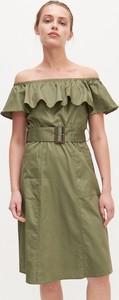 Zielona sukienka Reserved z odkrytymi ramionami hiszpanka