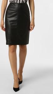 Czarna spódnica comma, w rockowym stylu