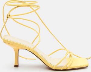 Żółte sandały Mohito z klamrami