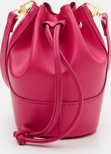 Różowa torebka Mohito na ramię w wakacyjnym stylu