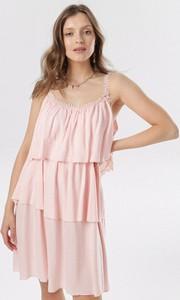 Różowa sukienka born2be z okrągłym dekoltem w stylu casual