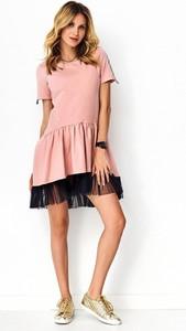 Różowa sukienka Makadamia z okrągłym dekoltem