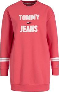 Różowa sukienka Tommy Jeans w stylu casual z okrągłym dekoltem mini