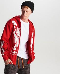 Czerwona bluza Cropp z nadrukiem