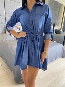 Niebieska sukienka ModnaKiecka.pl z kołnierzykiem z jeansu z długim rękawem