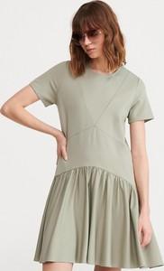 Sukienka Reserved z krótkim rękawem z okrągłym dekoltem
