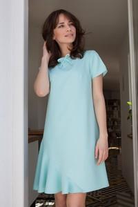 Miętowa sukienka butik-choice.pl z okrągłym dekoltem trapezowa