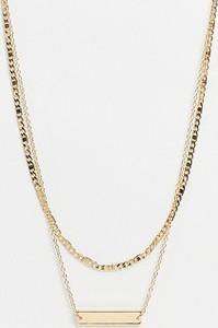 Reclaimed Vintage – Warstwowy naszyjnik z plakietką w kolorze złota inspirowany stylem retro-Złoty
