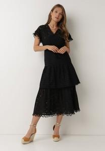 Czarna sukienka born2be midi z dekoltem w kształcie litery v