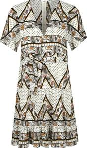 Sukienka Silvian Heach z krótkim rękawem w stylu casual