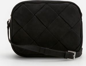 Czarna torebka Reserved lakierowana z zamszu