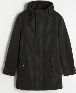 Czarny płaszcz męski Reserved w młodzieżowym stylu