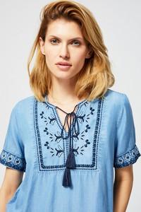 Błękitna bluzka Moodo ze sznurowanym dekoltem z krótkim rękawem