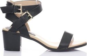 Czarne sandały Royalfashion.pl na średnim obcasie na słupku z klamrami