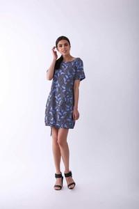 Niebieska sukienka Nommo z okrągłym dekoltem w stylu casual