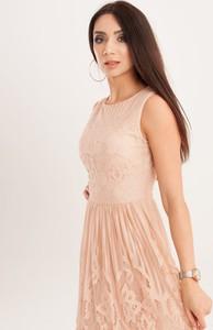 Różowa sukienka Butik Ecru z okrągłym dekoltem rozkloszowana