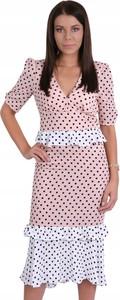 Różowa sukienka Inna z krótkim rękawem midi z dekoltem w kształcie litery v