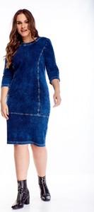 Niebieska sukienka omnido.pl dla puszystych w stylu casual