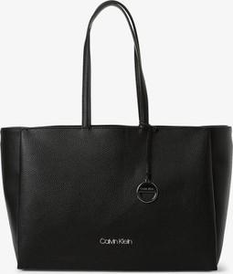 Czarna torebka Calvin Klein matowa w wakacyjnym stylu z breloczkiem