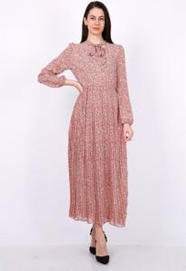 Różowa sukienka Ella Paris z długim rękawem maxi