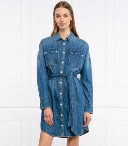 Niebieska sukienka Guess z kołnierzykiem mini z jeansu