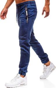 Granatowe jeansy Denley w street stylu
