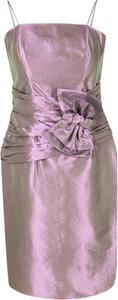 Różowa sukienka Fokus z długim rękawem dopasowana