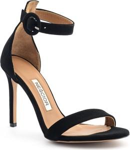 Czarne sandały Nescior z klamrami w stylu klasycznym
