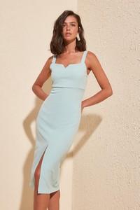 Sukienka Trendyol midi prosta z dekoltem w kształcie litery v