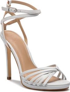 a4e0c496b7134 Srebrne buty damskie bez wzorów Guess, kolekcja wiosna 2019