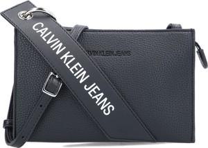 Czarna torebka Calvin Klein w młodzieżowym stylu z kolorowym paskiem na ramię