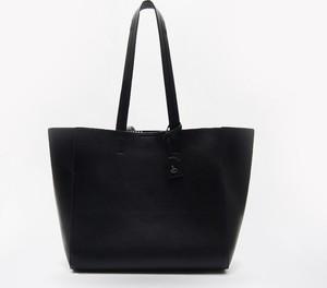 Czarna torebka Cropp matowa w wakacyjnym stylu na ramię