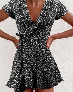 Czarna sukienka Kendallme z dekoltem w kształcie litery v dopasowana mini