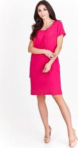 Różowa sukienka Fokus z okrągłym dekoltem dopasowana z krótkim rękawem