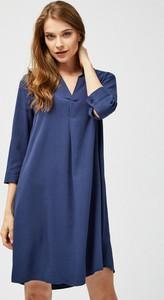 Granatowa sukienka moodo.pl z dekoltem w kształcie litery v koszulowa mini