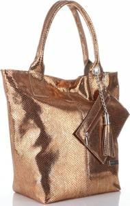 Złota torebka VITTORIA GOTTI w stylu glamour z breloczkiem ze skóry