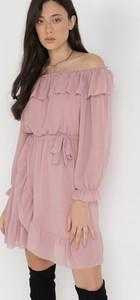 Różowa sukienka born2be z szyfonu z okrągłym dekoltem w stylu casual