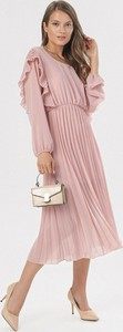 Różowa sukienka born2be z długim rękawem midi