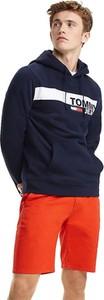 Granatowa bluza Tommy Jeans w młodzieżowym stylu