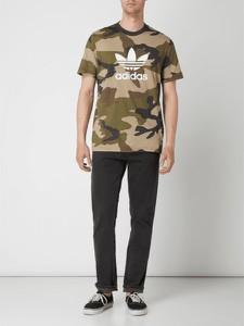 T-shirt Adidas Originals z bawełny w militarnym stylu